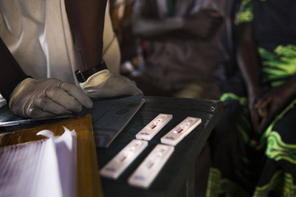 Personal de MSF comprueba los test de malaria que han realizado en una comunidad.