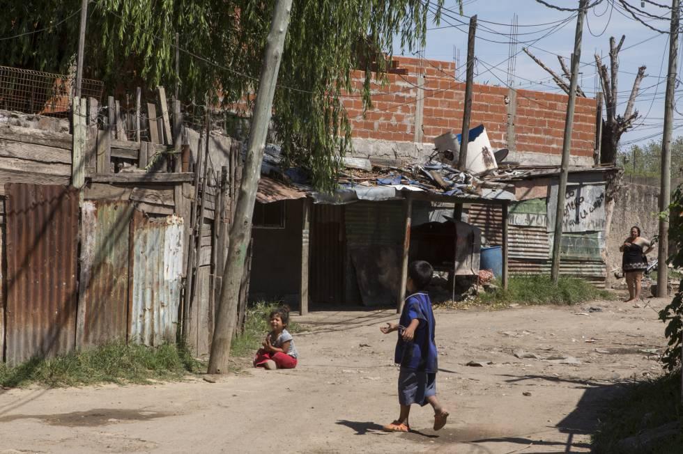 Un par de niños en una de las calles de Villa Inflamable.