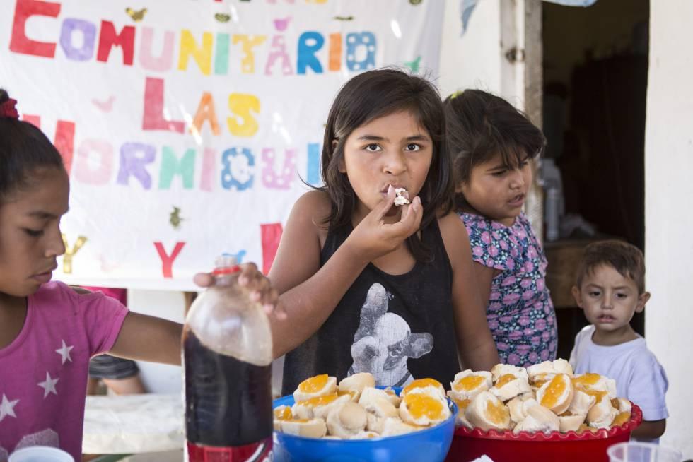 Desayuno en el comedor comunitario Las Hormiguitas, en Villa Inflamable.