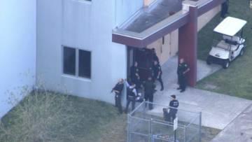 Agentes a las afueras del instituto en Florida.