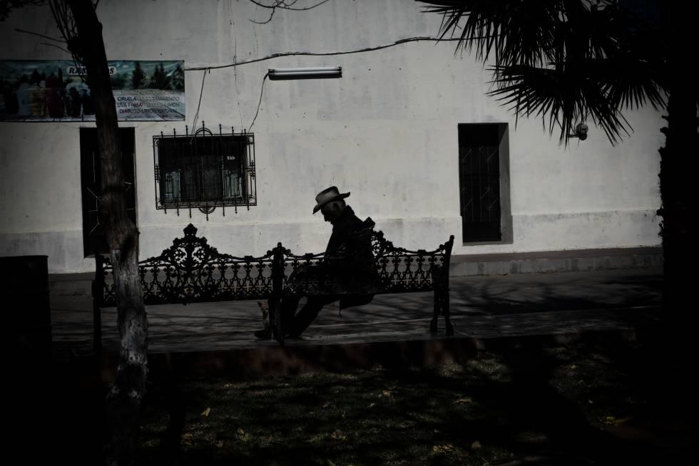Un vecino de Huépac, en la plaza principal del pueblo.