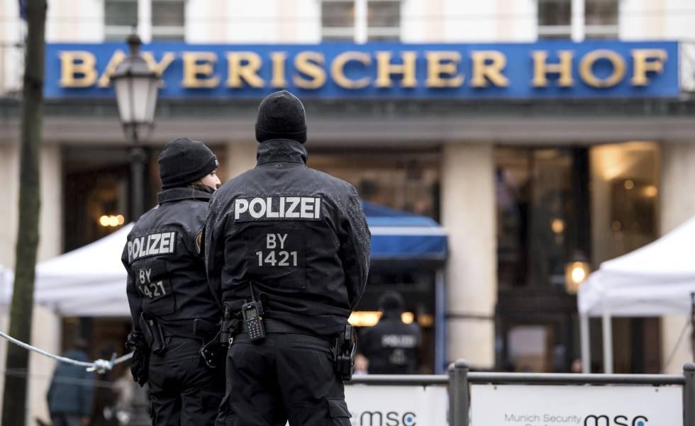 Dos agentes hacen guardia ante el Bayerischer Hof, el hotel donde se celebra la Conferencia de Seguridad de Múnich.