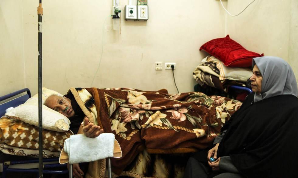 Un paciente oncológico recibe tratamiento en un hospital de Gaza.