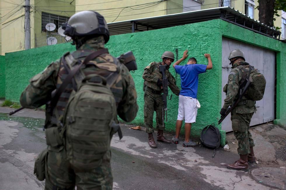 Soldados cachean a un vecino de una favela, en Río de Janeiro.