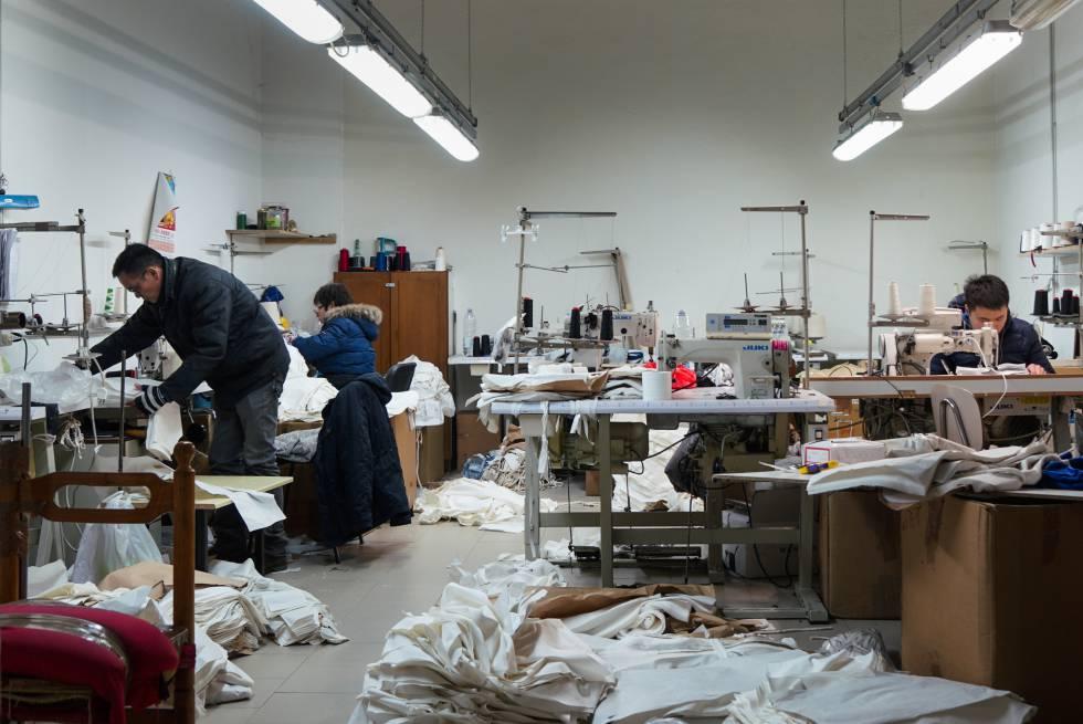 Interior de uno de los talleres de confección chinos de Prato.