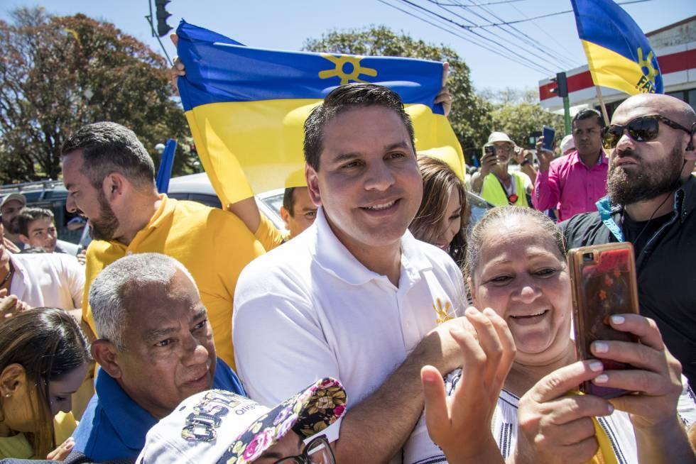 Fabricio Alvarado, candidato a la presidencia de Costa Rica, con sus seguidores.
