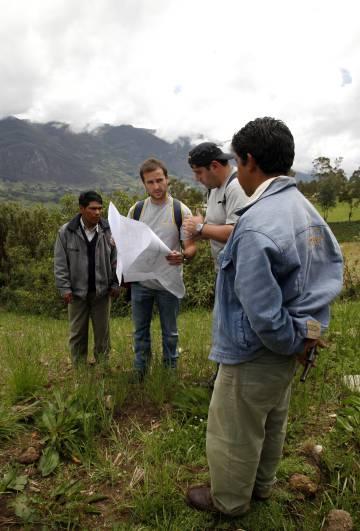 Un grupo de voluntarios de Ferrovial trabajan con una población de Perú.