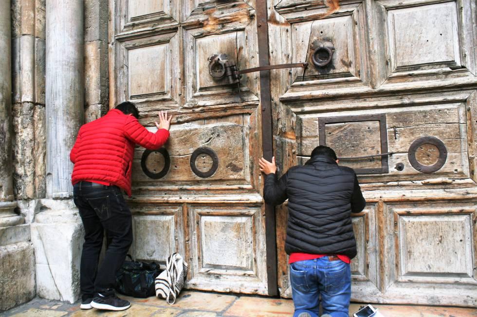 Peregrinos que se han encontrado este domingo con la basílica del Santo Sepulcro cerrada