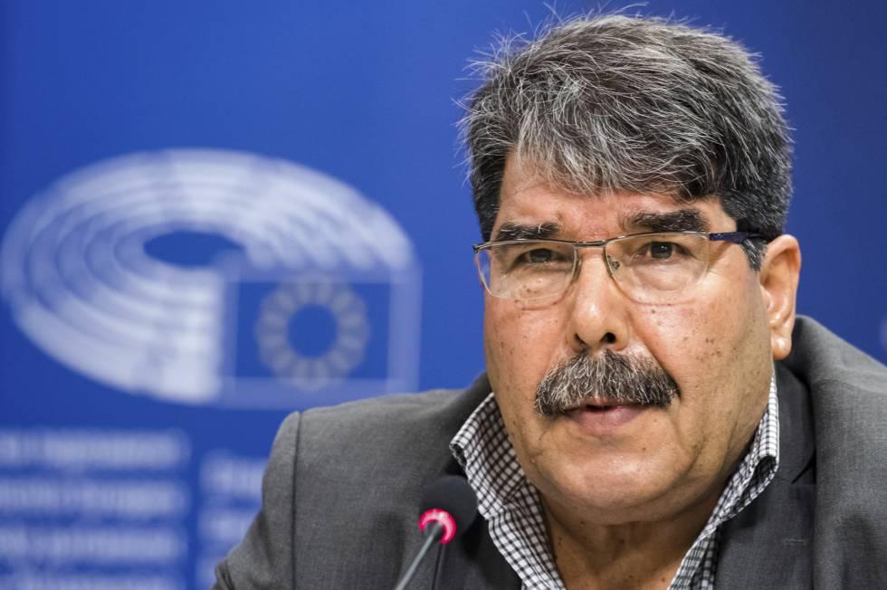 El entonces presidente del PYD kurdo-sirio, Salih Muslim, responde a los periodistas en el Parlamento Europeo en septiembre de 2016.rn