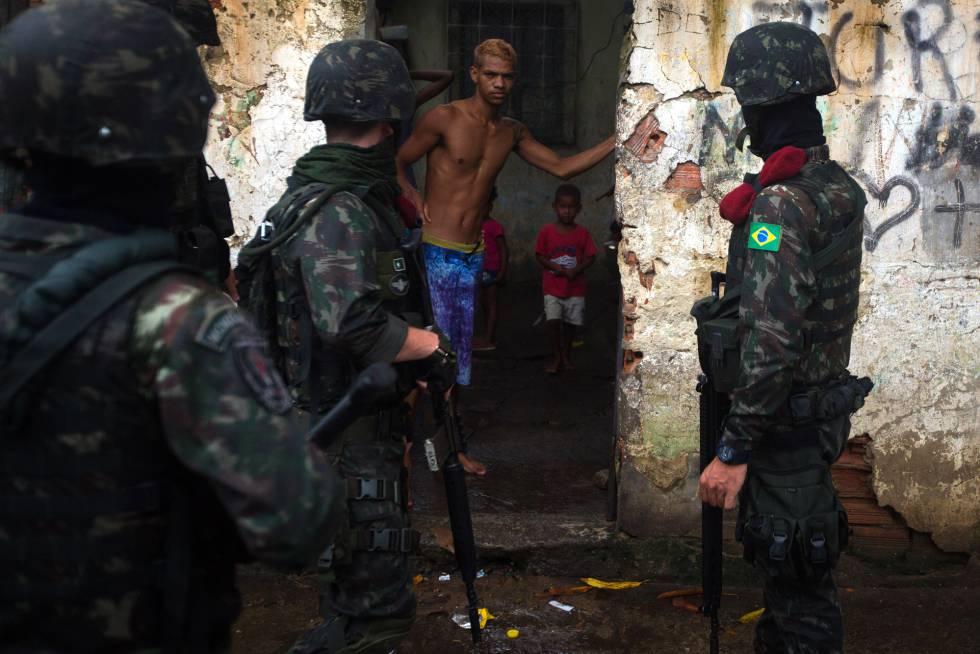 Vecinos de la favela Vila Kennedy son abordados por militares