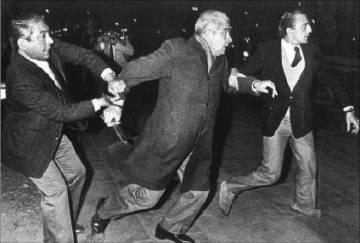 En 1984, Menéndez atacó con un cuchillo a manifestantes que lo insultaron.
