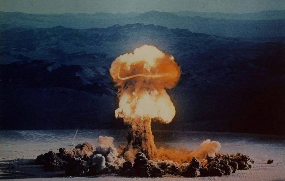 Prueba nuclear de PRISCILLA el 24 de junio de 1957 en el lugar de pruebas de Nevada.rn