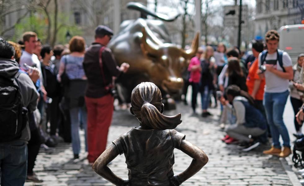 'La niña sin miedo', de Kristen Visbal instalada el Día de la Mujer, frente al 'Toro embistiendo' (Charging Bull) en Wall Street (Nueva York), en abril de 2017.