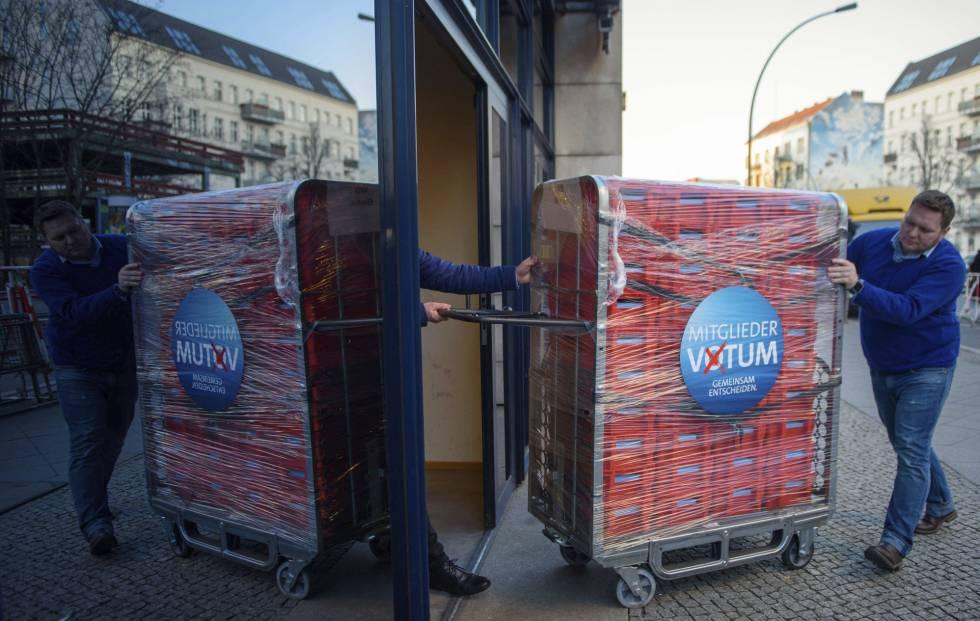 Miembros del SPD alemán transportan papeletas para la votación sobre la Gran Coalición.