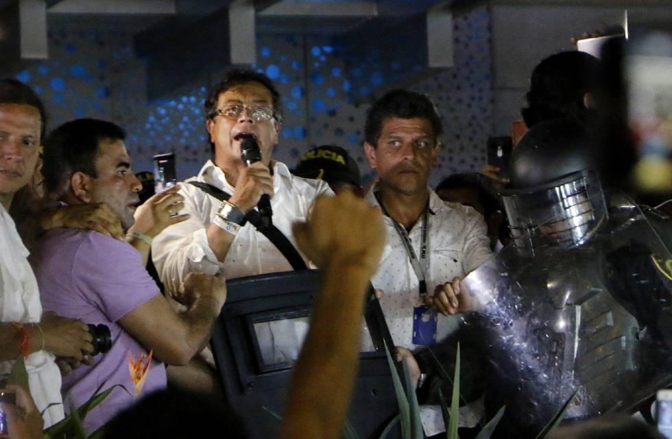 El candidato a la presidencia de Colombia Gustavo Petro en un acto de campaña improvisado tras ser atacado en un choque de manifestantes.