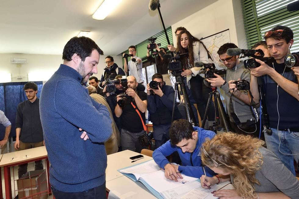 Matteo Salvini, líder de la Liga Norte, formaliza su voto en el colegio electoral de Milán.