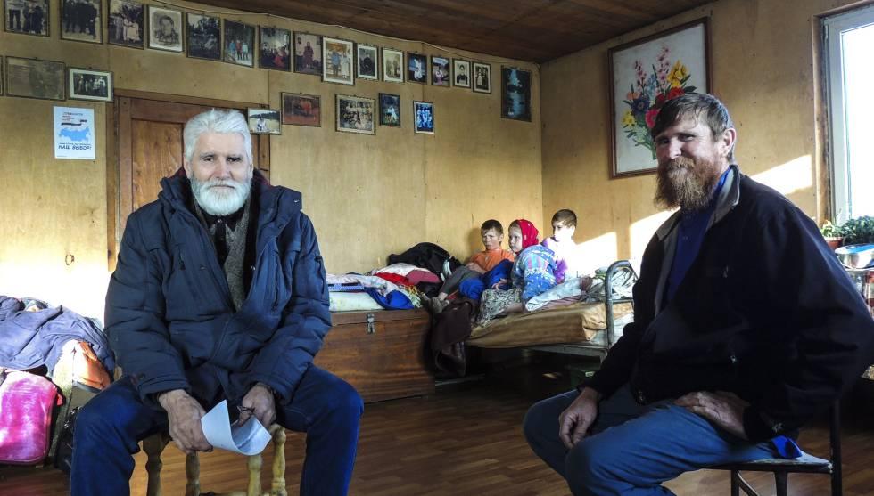 Федор Крониковский (слева) беседует с Ульяном Мурашовым (справа). В глубине души двое детей из семьи-Агриппина и Филарет-вместе с другим ребенком.