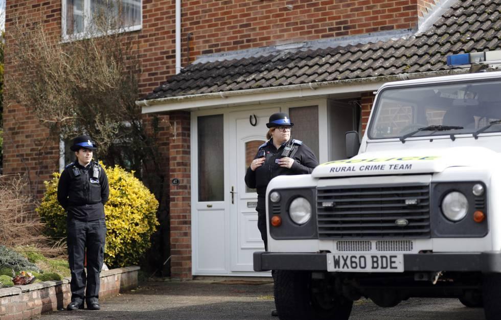 Policía en la puerta de la casa del exagente ruso Sergei Skripal, este martes