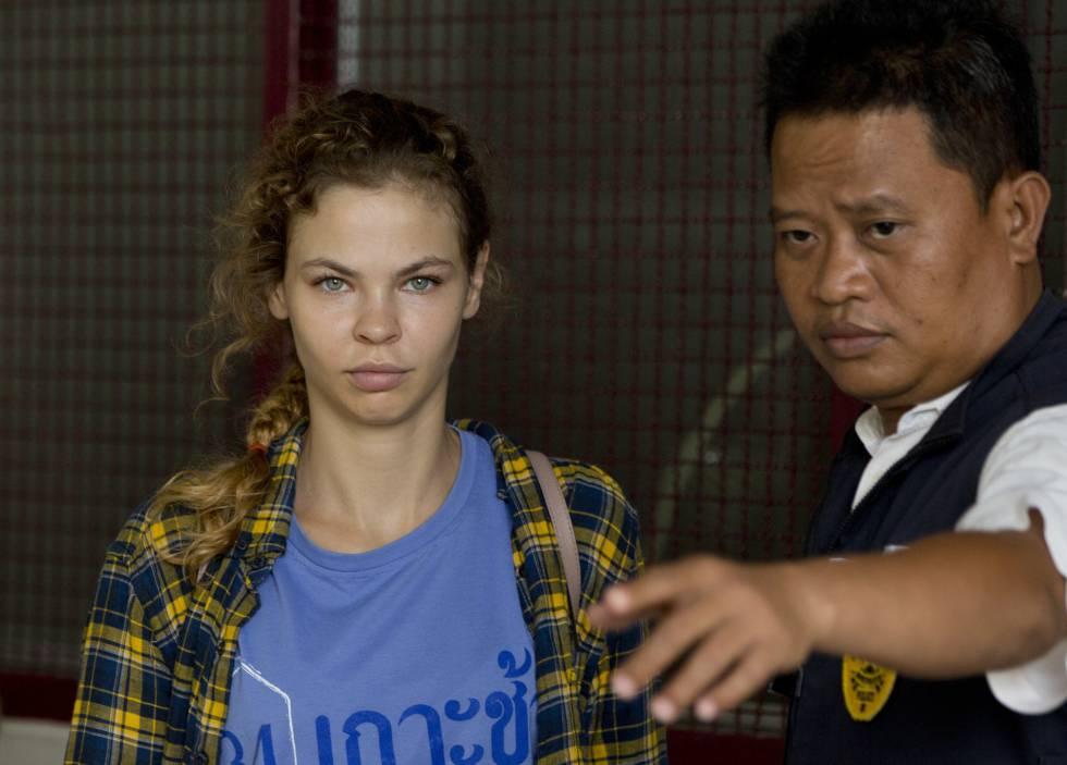 Anastasia Vashukévich, el pasado 28 de febrero junto a un policía tailandés