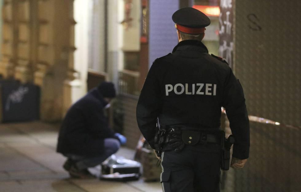 Un agente de la policía austriaca en el lugar del apuñalamiento de tres personas.rn