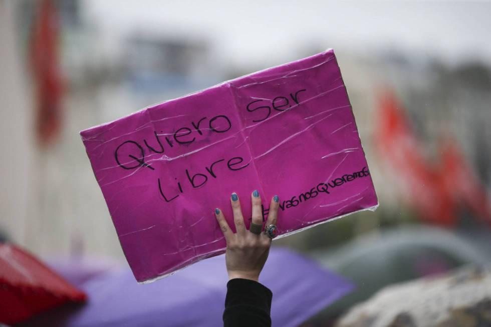 Una mujer porta una pancarta durante la marcha organizada por Ni Una Menos en octubre pasado.