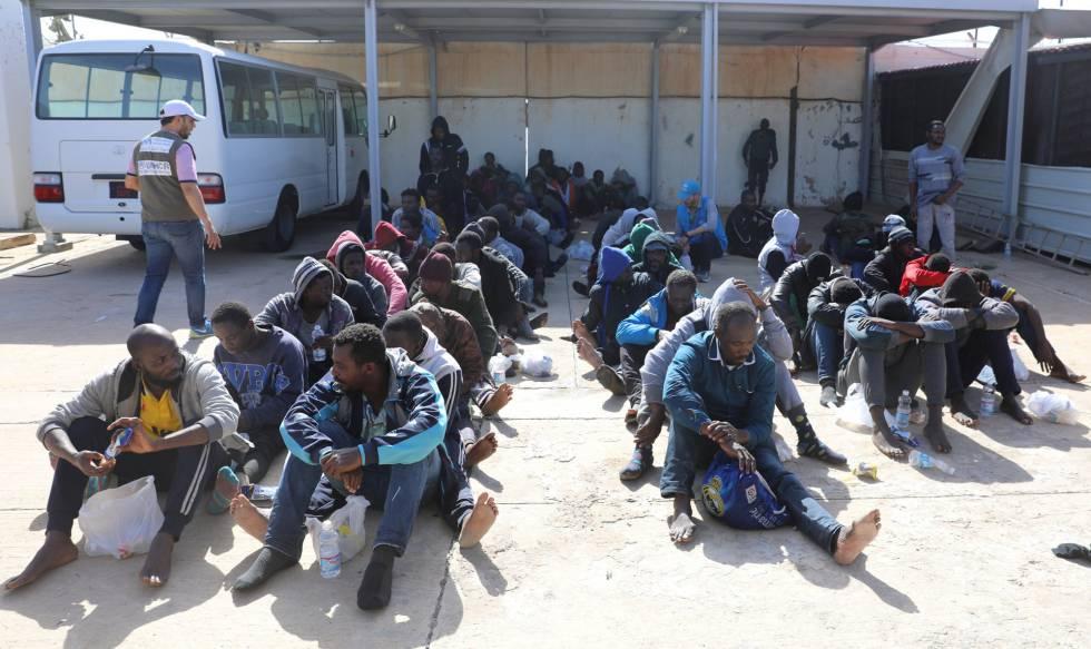 Migrantes rescatados por la Guardia Costera libia este sábado.
