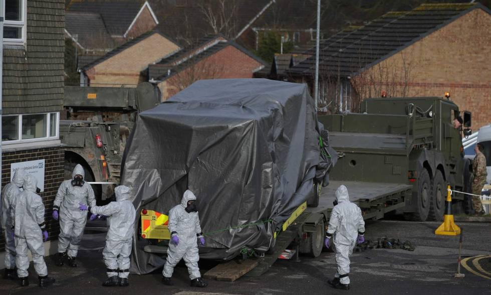 Personal del servicio de emergencia británico este sábado en Salisbury.