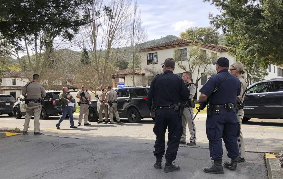 Las fuerzas de seguridad frente a la casa de veteranos en California.