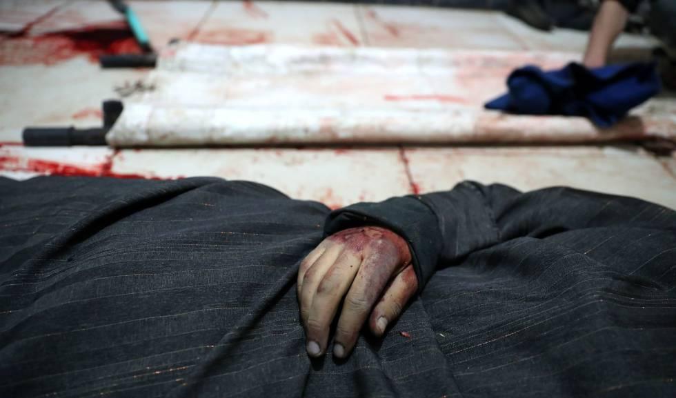 El cuerpo de un hombre muerto en la ciudad de Duma, en la zona de Guta Oriental, en marzo.rn