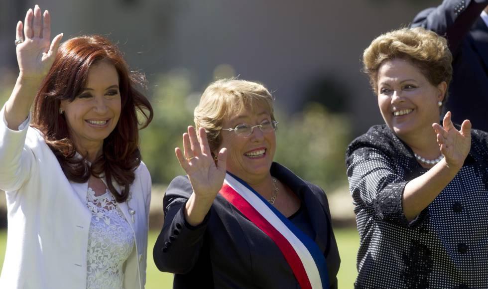 Cristina Fernández (izquierda), expresidenta de Argentina, Michelle Bachelet de Chile (centro) y Dilma Rousseff, de Brasil (derecha).