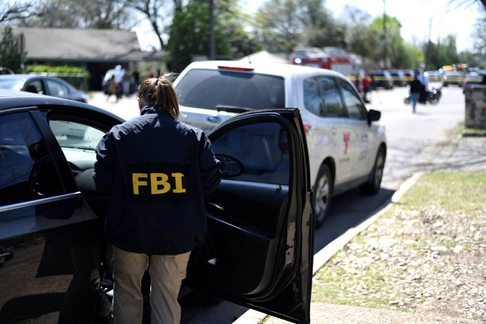 Un agente del FBI, este lunes en la zona donde un paquete bomba ha matado a un chico de 17 años y herido a una mujer.