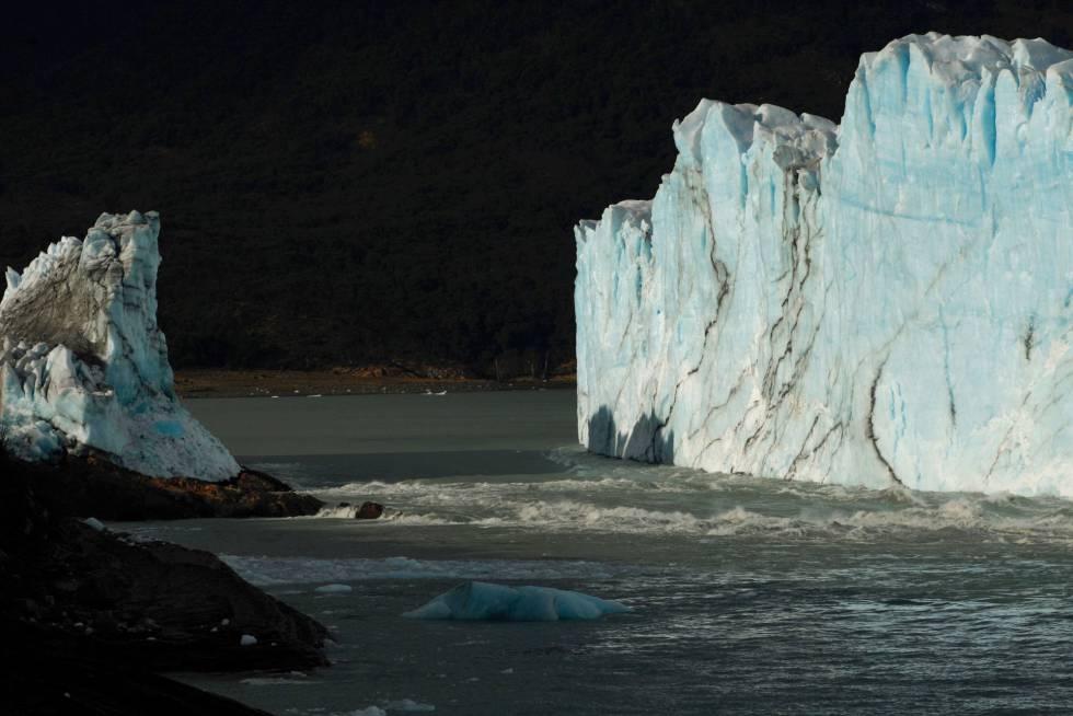 El glaciar amaneció con el puente roto.