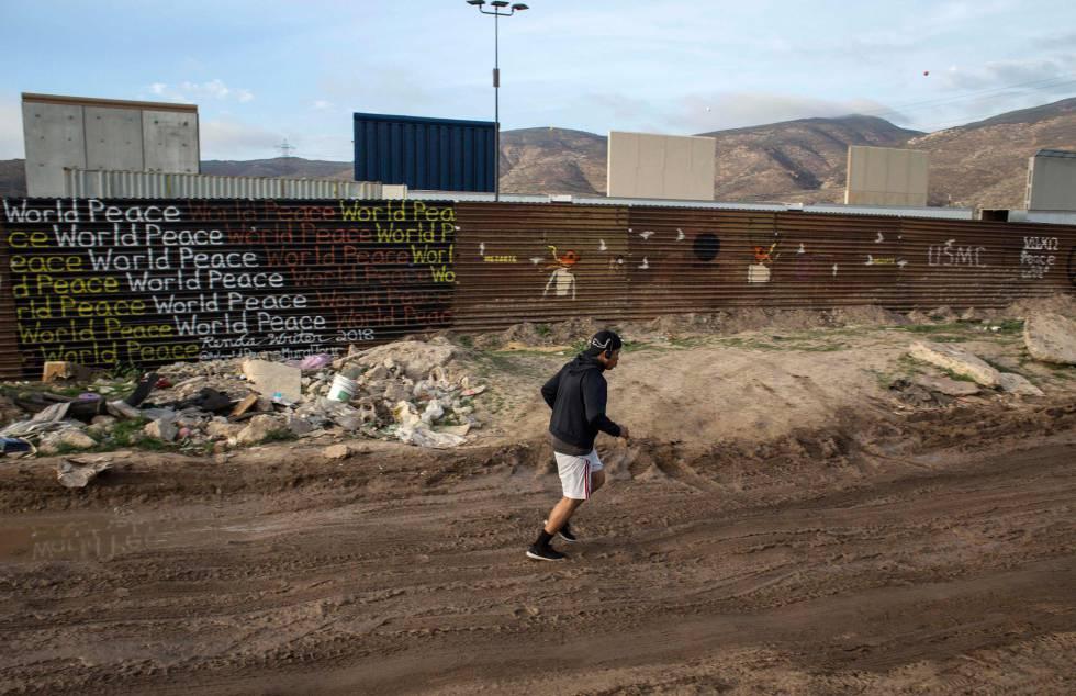 Los prototipos del muro, vistos desde Tijuana.