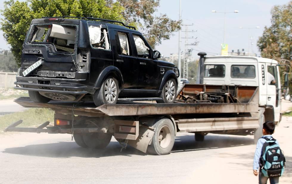 Un vehículo del convoy del primer ministro palestino, Rami Hamdallah, este martes tras la explosión en una carretera de Gaza.