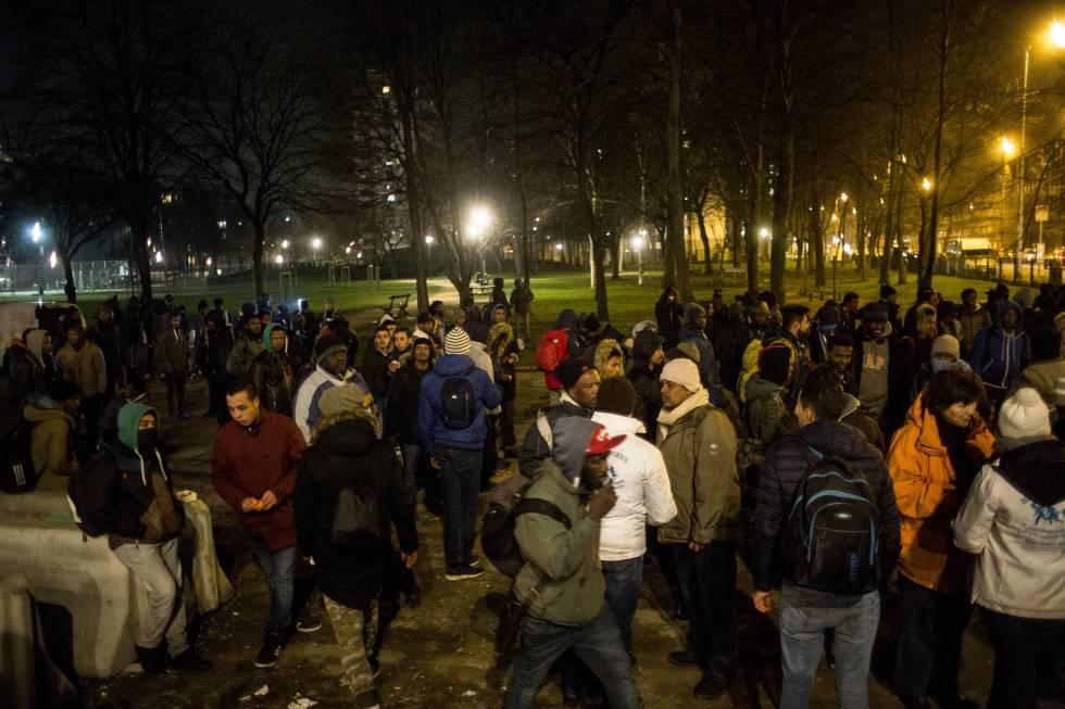 Los inmigrantes esperan que les recojan en el parque Maximilien de Bruselas.