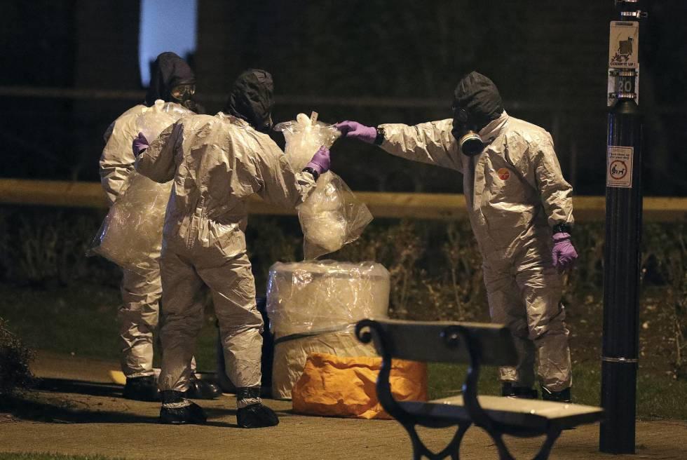 Investigadores con trajes protectores recaban pruebas en el centro comercial de Salisbury donde el espía ruso y su hija fueron envenenados, el martes