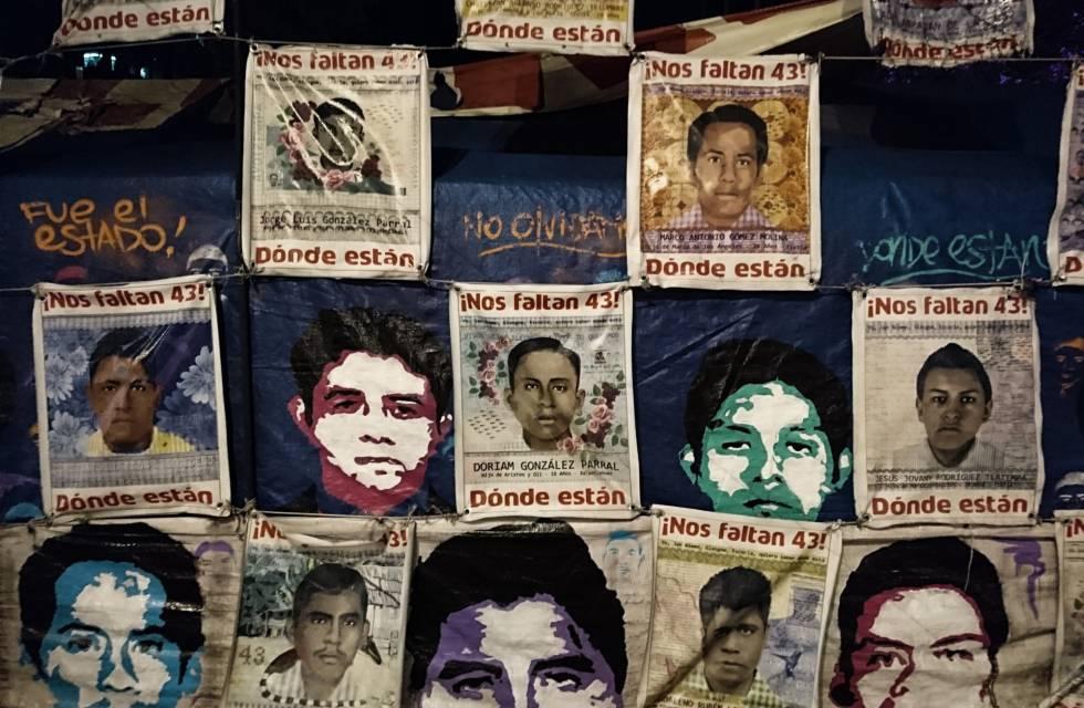 Plantón de los familiares de los 43 estudiantes frente a la PGR en Ciudad de México