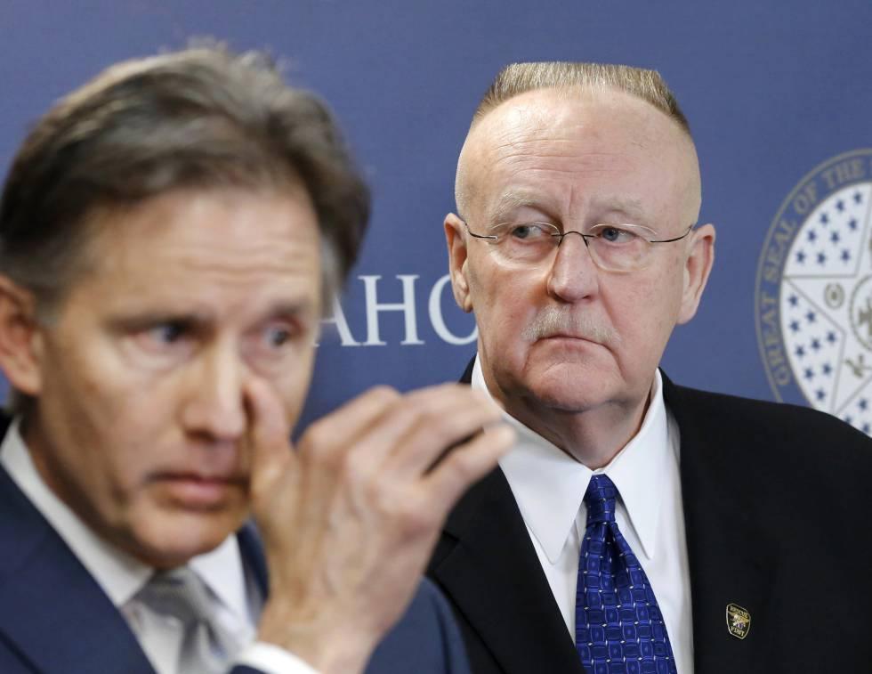 O secretário de Justiça de Oklahoma, Mike Hunter (esquerda) e o diretor do Departamento Prisional, Joe Allbaugh.