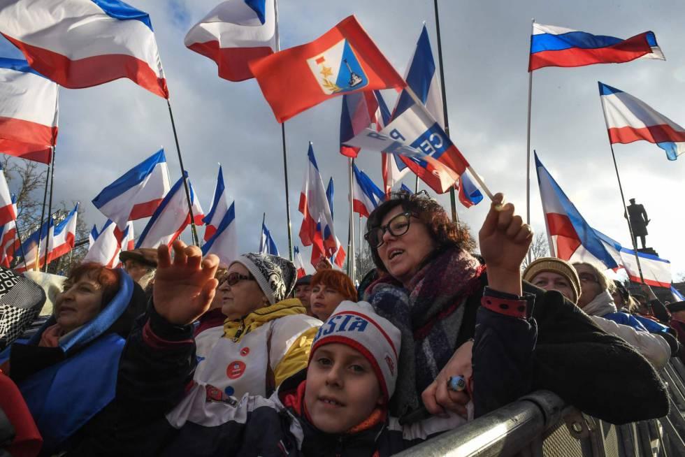 Decenas de crimeos esperan la llegada de Putin, este miércoles en Sebastopol.