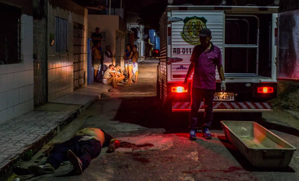 Un perito llega a la escena de un asesinato el 10 de marzo en Natal.