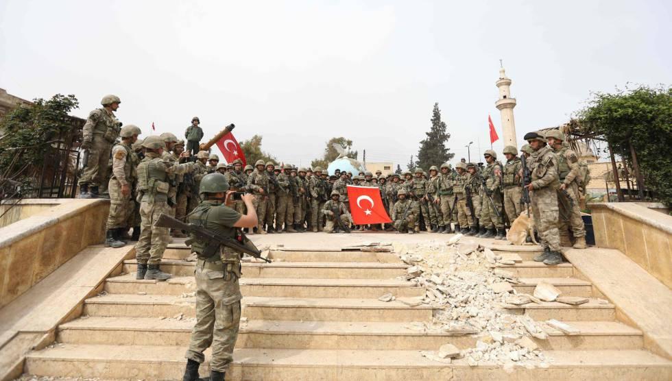 Militares turcos posan para una foto tras haber conquistado el centro de la ciudad siria de Afrin