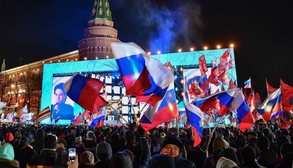 Cientos de partidarios de Putin celebran en Moscú el anuncio de los resultados provisionales, este domingo.