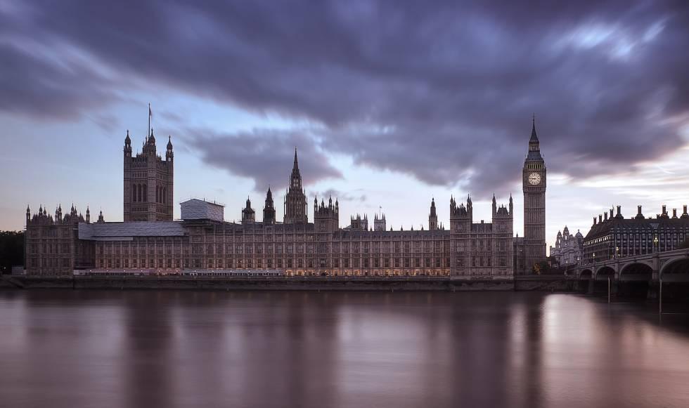 Vista del río Támesis a su paso por el Palacio de Westminster, en Londres.