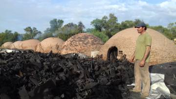 Carlos Heinzen frente a sus hornos de carbón, cerca de Monte Quemado.