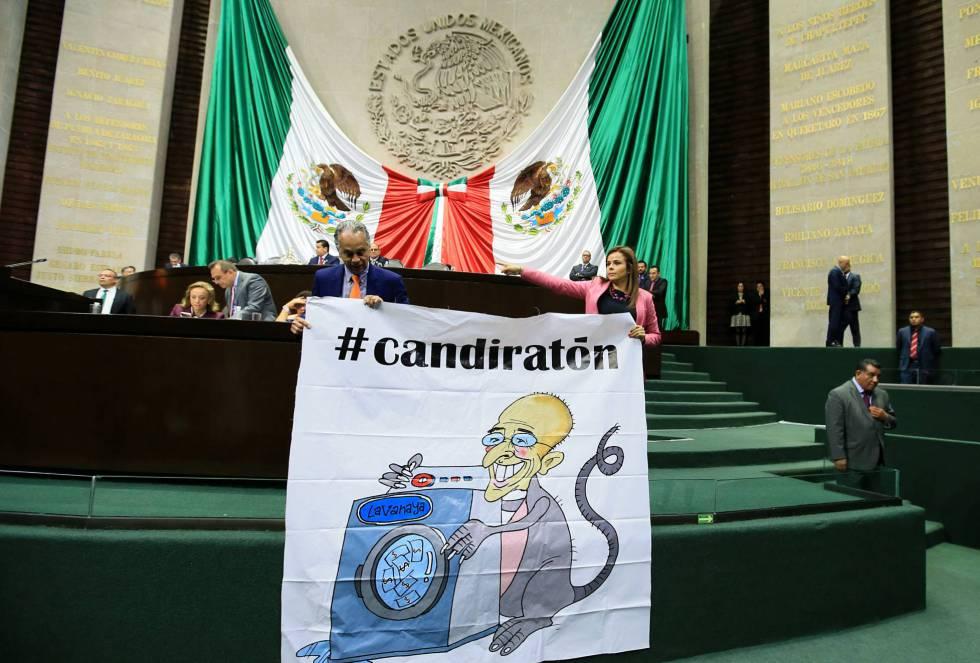Diputados del PRI muestran el pasado 1 de marzo una manta con una candidatura del candidato presidencial del PAN, Ricardo Anaya, promoviendo el uso del hashtag #candiratón