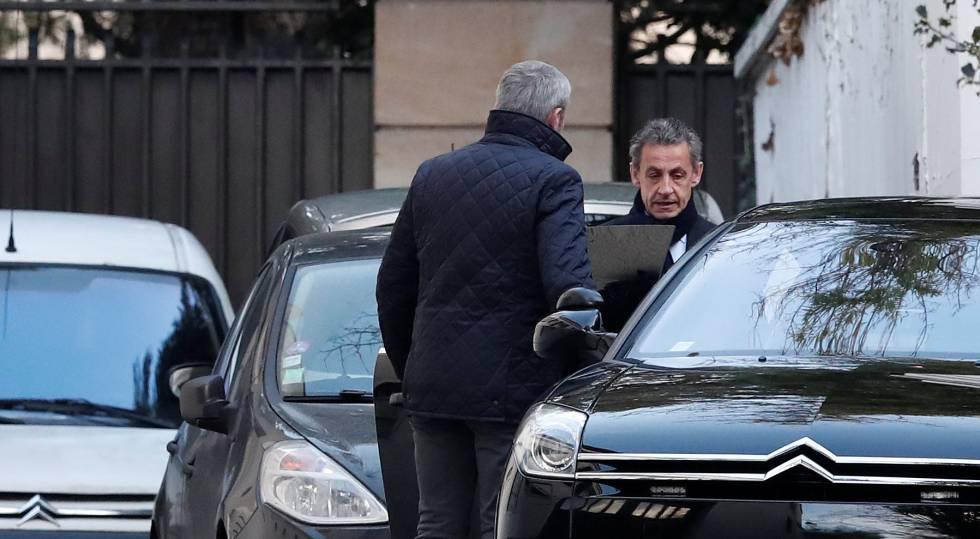 El expresidente francés, Nicolas Sarkozy, abandona el miércoles por la mañana su casa para continuar con el interrogatorio policial