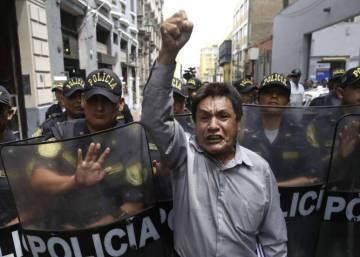 """La política peruana implosiona en un ambiente de """"que se vayan todos"""""""