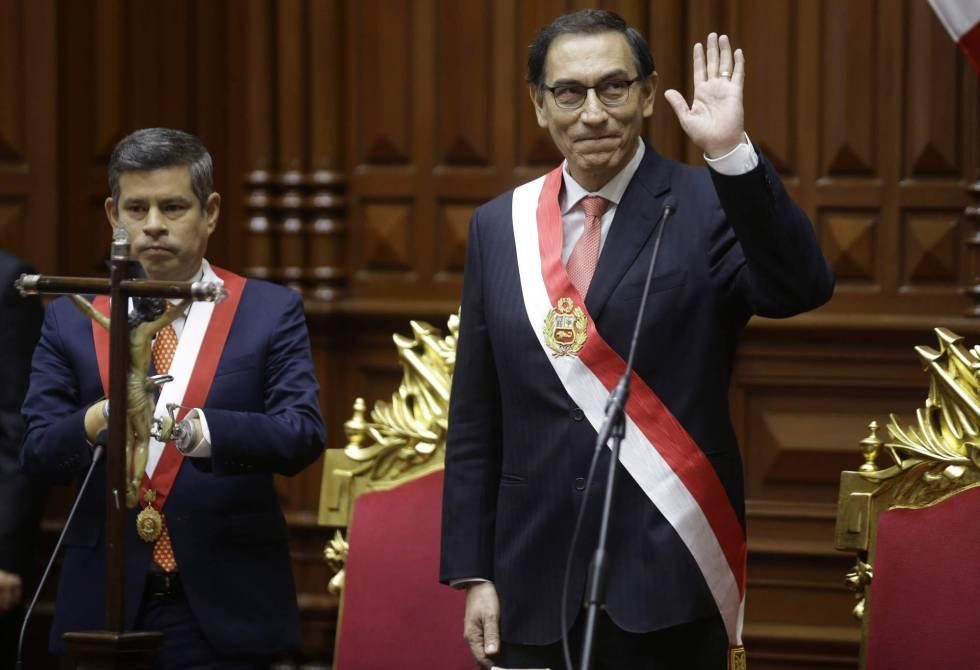 Martín Vizcarra saluda ante el Congreso tras jurar como nuevo presidente de Perú, en reemplazo de Pedro Pablo Kuczynski.