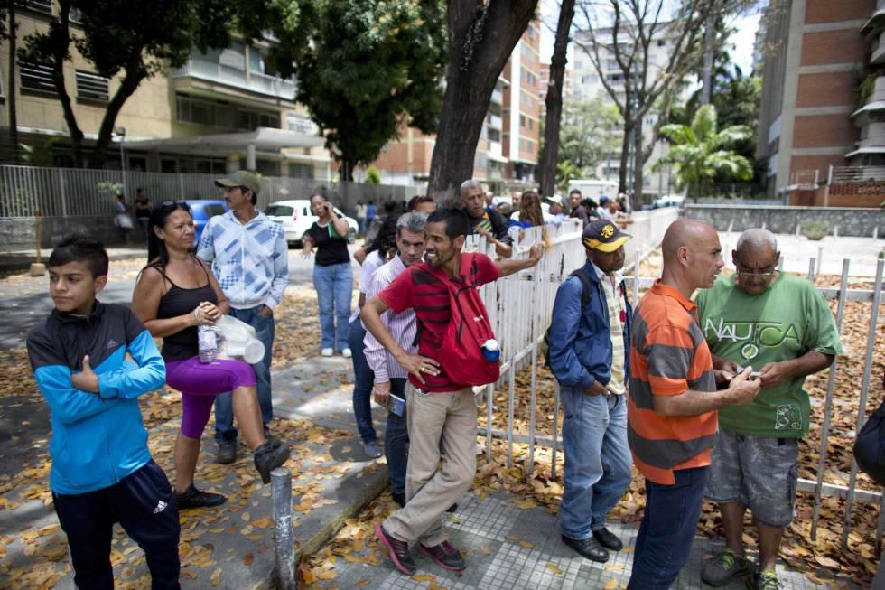 Ciudadanos hacen cola para comprar pan en Caracas el viernes pasado.