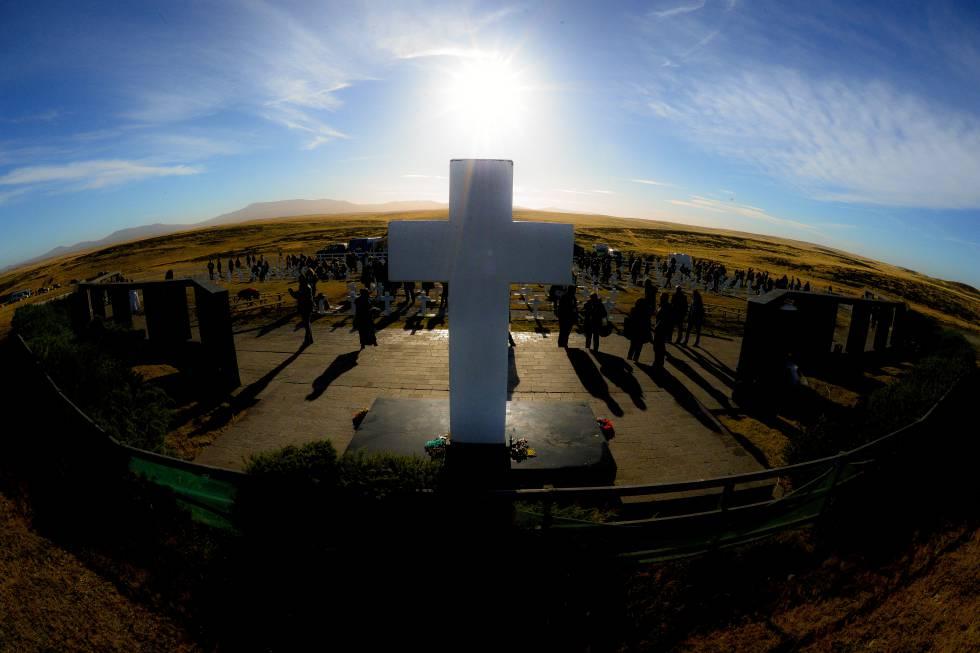 Vista panorámica del cementerio de Darwin durante la visita de los familiares de los soldados argentinos identificados en Malvinas.